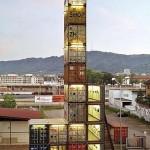 Una torre costruita con container dismessi in un'area periferica della città di Zurigo, così il primo negozio dell'azienda Freitag, conosciuta per aver inventato la borsa a tracolla fatta con i vecchi teloni dei camion, camere d'aria e cinture di sicurezza usate.